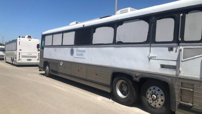 Un autobús del Departamento de Seguridad Nacional de EE UU, en la entrada del centro de detención de indocumentados de Otay Mesa, cerca de San Diego (California), en una imagen de archivo.