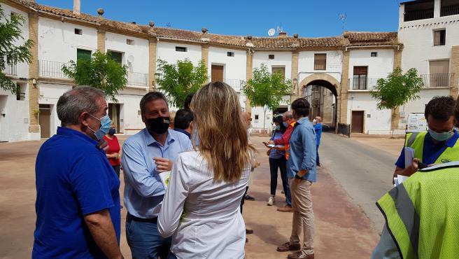 El consejero de Vertebración del Territorio, Movilidad y Vivienda del Gobierno de Aragón, José Luis Soro, en la plaza de Chodes, declarada Bien de Interés Cultural.