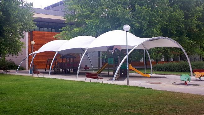 Finalizan los trabajos para cubrir el parque infantil del bulevar de Iturrama, en Pamplona.