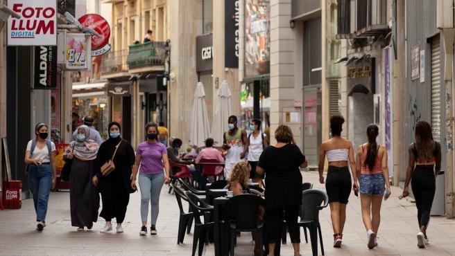 arias personas caminan por el centro comercial e histórico de Lleida.