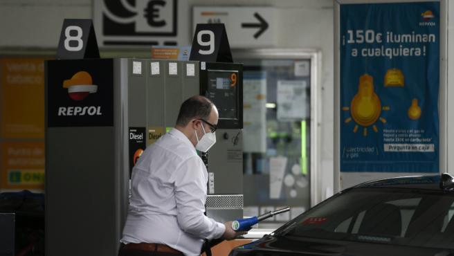 Un hombre echa gasolina a su coche en una gasolinera el día en el que se ha publicado que el Índice de Precios de Consumo (IPC).