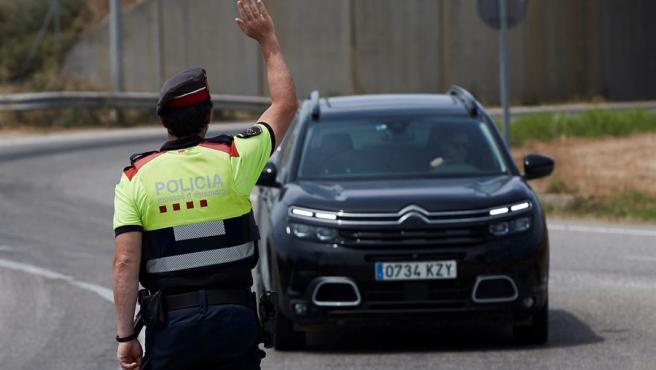 Un mosso da el alto a un vehículo en la entrada del municipio de Soses (Lleida).