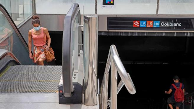 Una mujer sale del metro en el barrio de Collblanc, en L'Hospitalet de Llobregat.