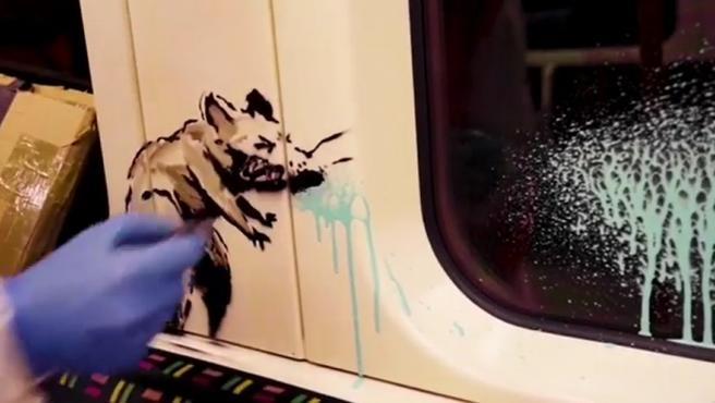 El artista británico Banksy, cuya identidad se desconoce. Ha publicado un vídeo en el que realiza varios dibujos en un vagón del metro de Londres para concienciar sobre el uso de la mascarilla, que es obligatorio en el transporte público de la capital británica desde el pasado 15 de junio, a fin de frenar la propagación de la COVID-19.