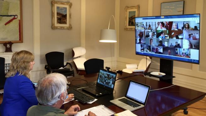 Ana Ollo y el director del Instituto Navarro de la Memoria, José Miguel Gastón, durante la reunión mantenida por videoconferencia con el secretario de estado de Memoria Democrática, Fernando Martínez López