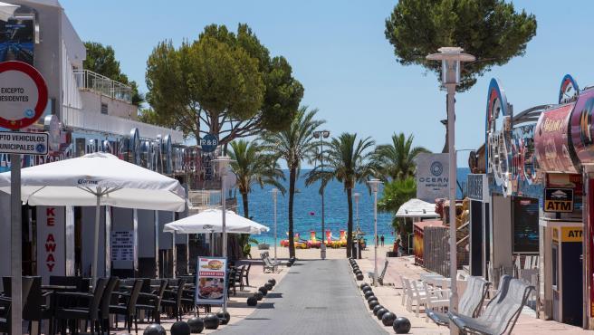 Vista general de la calle Punta Ballena, en Magaluf, donde el Govern balear ha ordenado el cierre para evitar aglomeraciones.