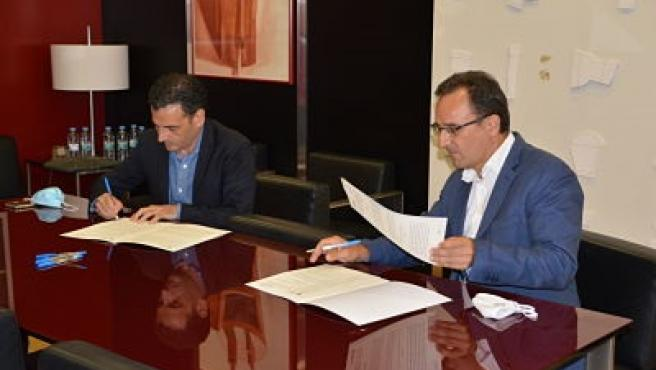 El director general d'À Punt, Alfred Costa, i el Director Operacions Brainstorm Multimèdia, Héctor Víguer, firmen el conveni