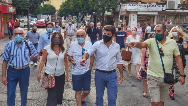 El portavoz municipal del PP, Beltrán Pérez, en su visita a la barriada del Cerezo