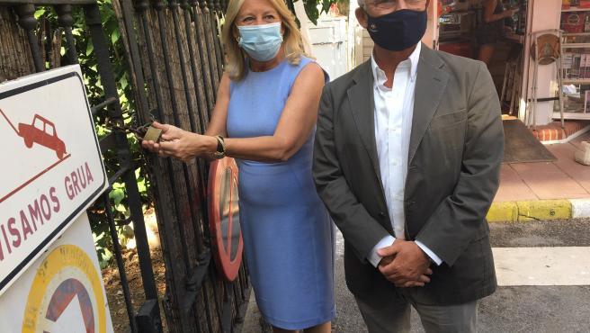 La alcaldesa, Angeles Muñoz, y el presidente de la Autoridad Portuaria, Carlos Rubio, durante el acto de entrega de llaves del edificio del Faro de Marbella