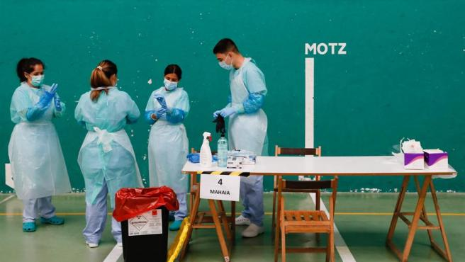 Personal sanitario preparado para hacer pruebas PCR en el frontón de Getaria (Guipúzcoa).