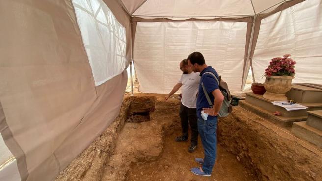 Trabajos de exhumación en la fosa común de Castelló