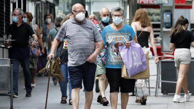 Una pareja pasea por las calles del barrio de Collblanc, en L'Hospitalet (Barcelona).