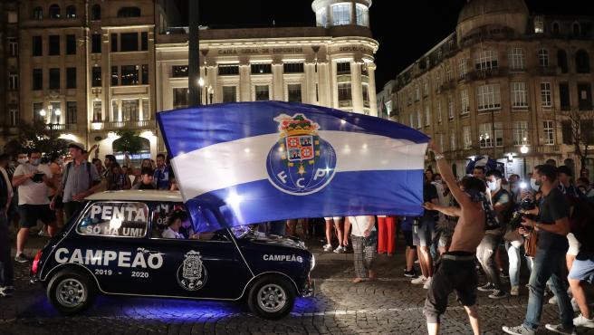 Los hinchas del Oporto festejan la conquista de su 29ª Liga.