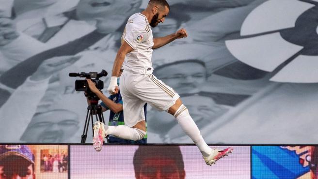 Descripción: GRAF046. MADRID, 16/07/2020.- El delantero francés del Real Madrid Karim Benzema celebra el primer gol conseguido ante el Villarreal CF durante el partido de la penúltima jornada de LaLiga Santander de fútbol disputado este jueves en el estadio Alfredo di Stéfano.