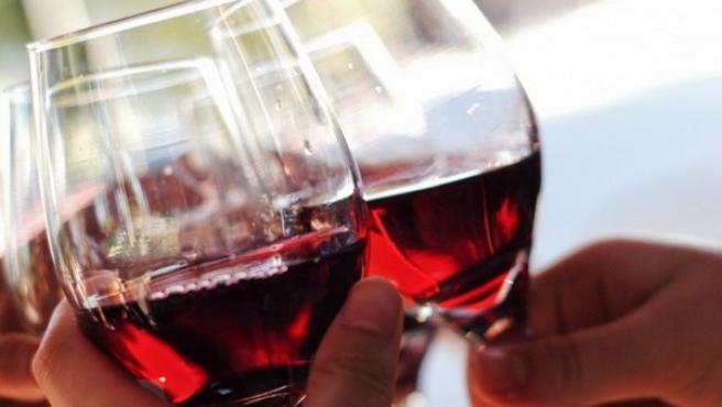 Copas de vino, vino. Imagen de archivo.