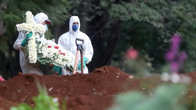 Entierro de una víctima de COVID-19 en el cementerio de Vila Formosa, en Sao Paulo (Brasil).