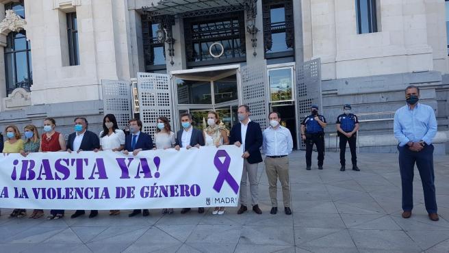 El portavoz de Vox en el Ayuntamiento, Javier Ortega Smith, separado de la pancarta contra la violencia de género que portan el alcalde, José Luis Martínez-Almeida, la vicealcaldesa de Madrid, el portavoz del PSOE, Pepu Hernández, entre otros.