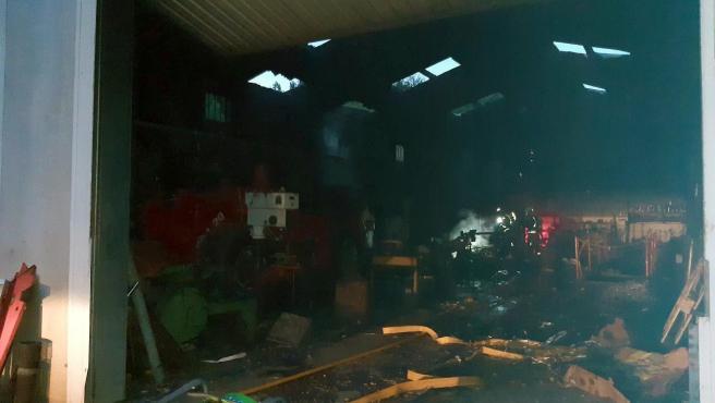 Incendio en una nave industrial de Las Regueras.