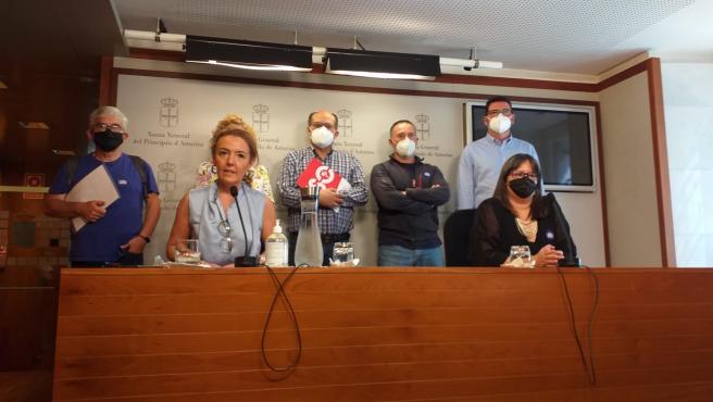 La portavoz del PP en la Junta General, Teresa Mallada, junto a la responsable de Concapa, Sandra Nieto, y respresentantes de asociaciones de la educación concertada en Asturias en la sala de prensa de la Junta General.