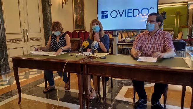 Los concejales del PSOE Ana Rivas, Marisa Ponga y Diego Valiño en rueda de prensa.
