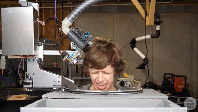 Shane Wighton ha creado su propio robot peluquero.