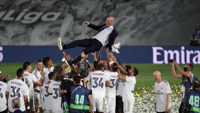 Los jugadores del Real Madrid mantean a su entrenador, el francés Zinedine Zidane, en la celebración de la consecución del título de liga tras su victoria ante el Villarreal en el partido de LaLiga que se disputa en el Estadio Alfredo Di Estefano en Madrid.