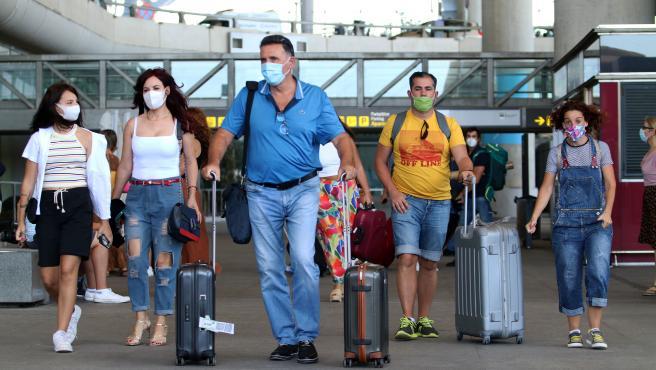Varias personas en el aeropuerto de Málaga Pablo Ruiz Picasso, en una imagen de archivo.