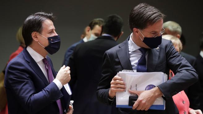 El primer ministro de Italia, Giuseppe Conte (izq) junto al primer ministro de Holanda, Mark Rutte (der), este viernes en la cumbre del Consejo Europeo en Bruselas.