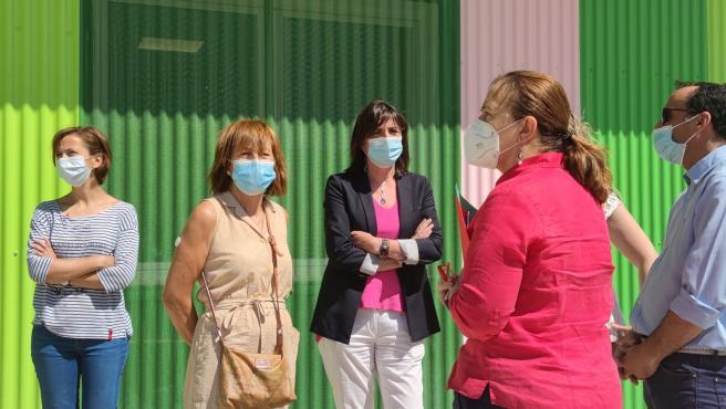 La portavoz del grupo municipal del PSOE en el Ayuntamiento de Zaragoza, Lola Ranera, y la concejal Inés Ayala en el Centro Municipal de Protección Animal (CEMPA)