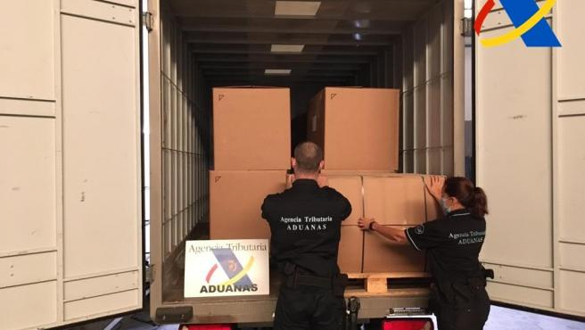 Los funcionarios de la Agencia Tributaria, descargan el cargamento