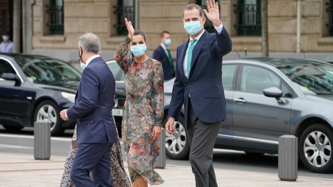 Acompañados del Lehendakari, Iñigo Urkullu, los Reyes Don Felipe y Doña Letizia saludan a su llegada al Museo Guggenheim Bilbao.
