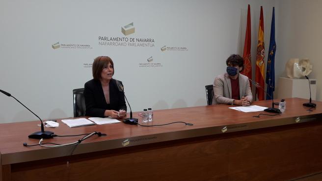 Uxue Barkos, portavoz de Geroa Bai, y Pablo Azcona, parlamentario foral, en rueda de prensa.
