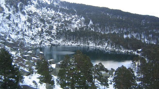 Se encuentra entre grandes rocas y pinos centenarios y su visión es espectacular. Sus aguas son de un profundo azul oscuro y el entorno bien merece una buena visita. (Foto: Wikipedia/Dominio Público).