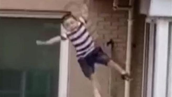El niño de dos años que cayó al vacío desde un quinto piso y se salvó.