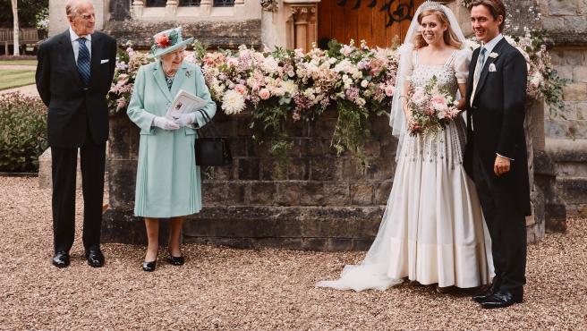 La reina de Inglaterra y su esposo, Felipe de Edimburgo, en la boda de su nieta Beatriz.