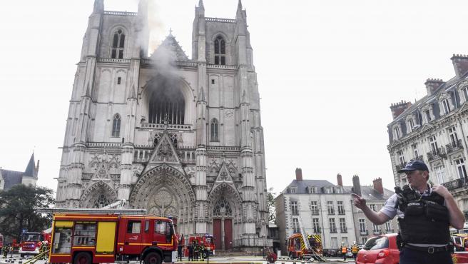 Los bomberos frente a la catedral de San Pedro y San Pablo tras conseguir extinguir el incendio.