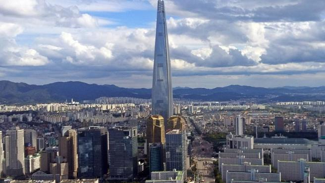 La Lotte World Tower domina Seúl, capital de Corea del Sur.