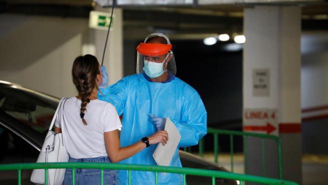 Personal sanitario hace la prueba PCR a uno de los jóvenes asistentes a la fiesta celebrada en una discoteca de Córdoba.