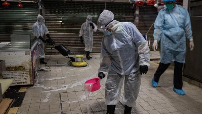 Labores de desinfección en un mercado de China.
