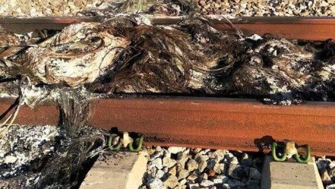 Los objetos quemados sobre la vía.