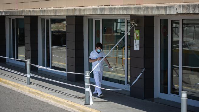 Un sanitario camina por el exterior del Hospital Universitario Arnau de Vilanova de Lleida (Archivo)