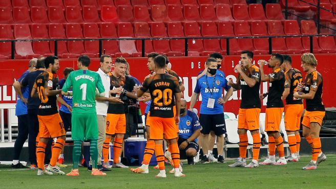 Los jugadores del Valencia durante una pausa de hidratación