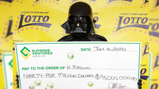 W. Brown recogiendo sus 95 millones de dólares disfrazado de Darth Vader.