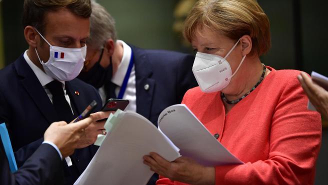 La canciller alemana, Ángela Merkel, dialogando con el primer ministro francés, Emmanuel Macron, durante la cumbre.