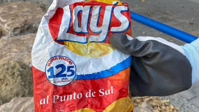 Bolsa de patatas Lays de hace más de 22 años encontrada en una playa de Alicante.