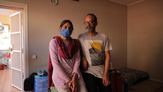 Faiza junto y su marido en la vivienda de la que han intentado ser desahuciados.