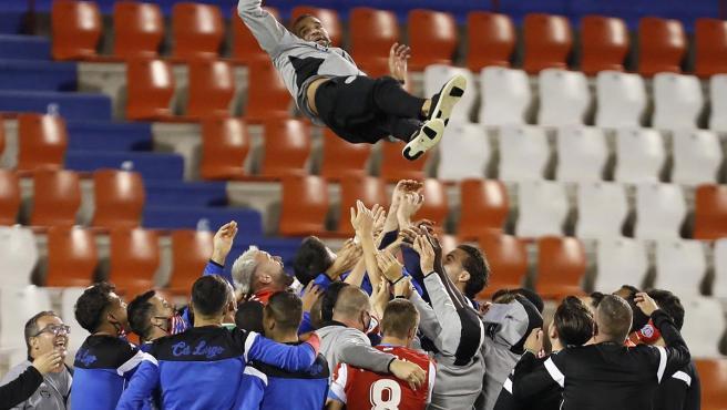 Los jugadores del Lugo mantean a Juanfran, su entrenador