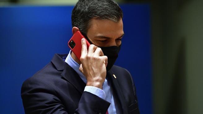 Sánchez habla por teléfono al final de la cumbre.