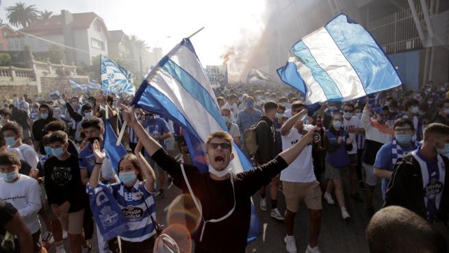 Aficionados del Deportivo, en el recibimiento antes del partido con el Fuenlabrada