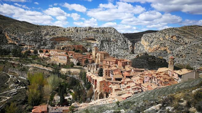 Sus murallas se remontan a la Edad Media y el pueblo está considerado como uno de los más bonitos y encantadores de España. Además de su historia, su emplazamiento también es digno de mención, ya que está encaramado a un peñón, permitiendo unas vistas impresionantes.